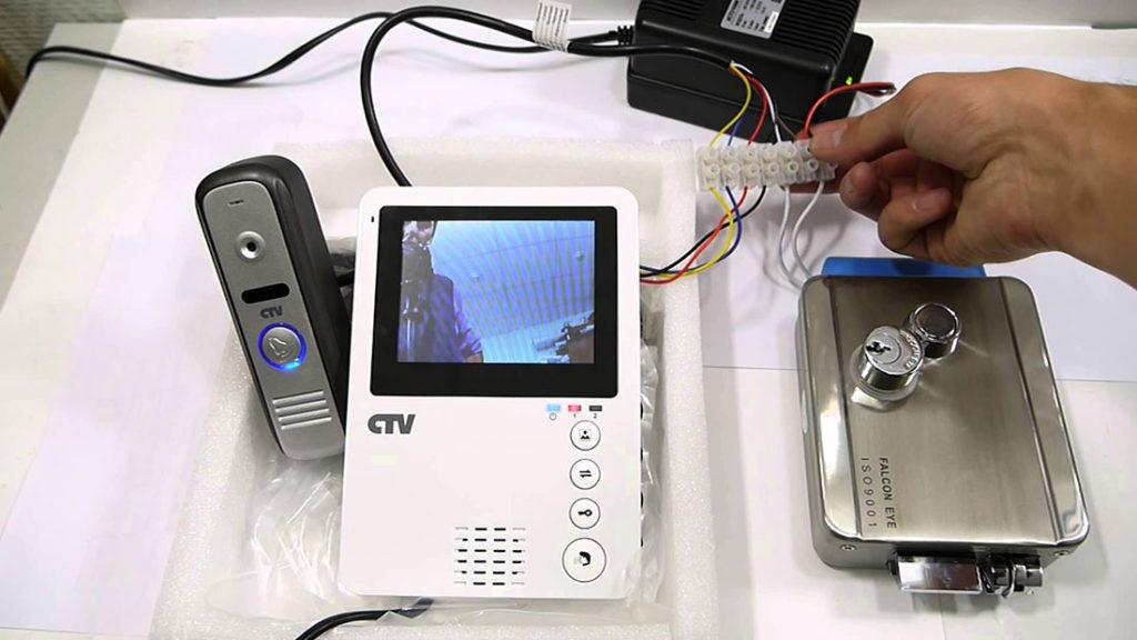 видеодомафон в сборе на столе